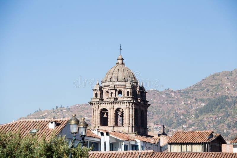 Kathedraalklokketoren boven roofline stock foto's
