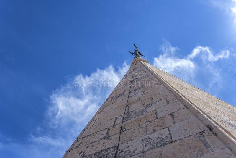 Kathedraalspits van toren van St Anastasia kathedraal in Zadar, Kroatië royalty-vrije stock afbeelding