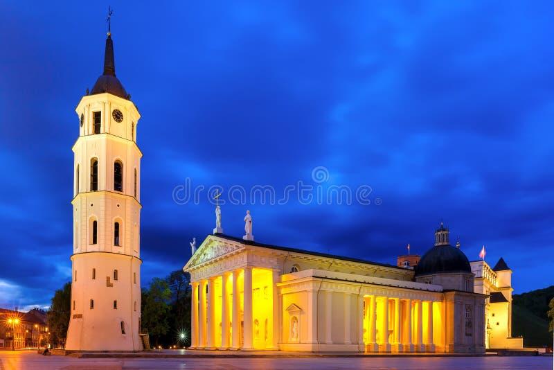 Kathedraalvierkant in de avond, Vilnius royalty-vrije stock afbeeldingen