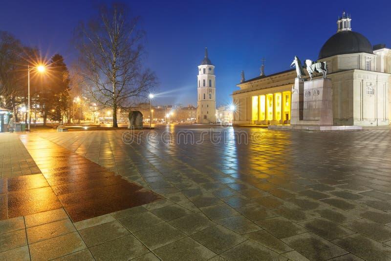 Kathedraalvierkant in de avond, Vilnius royalty-vrije stock afbeelding