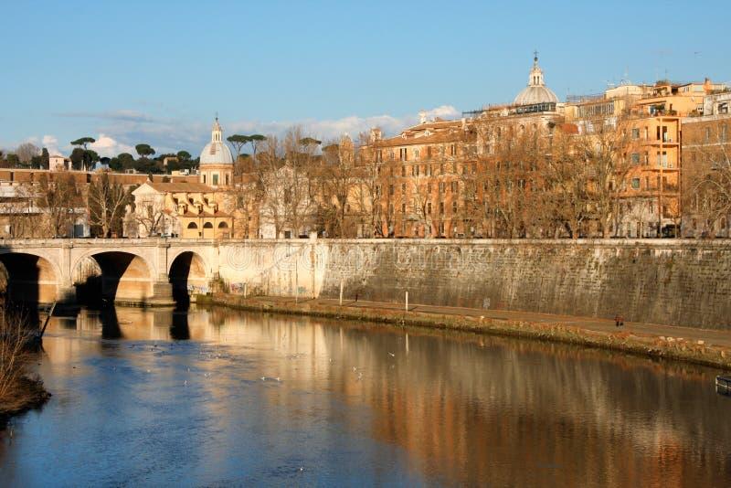 Kathedrale über Brücke und Flusswasser am Falltag Rom, Italien lizenzfreies stockfoto