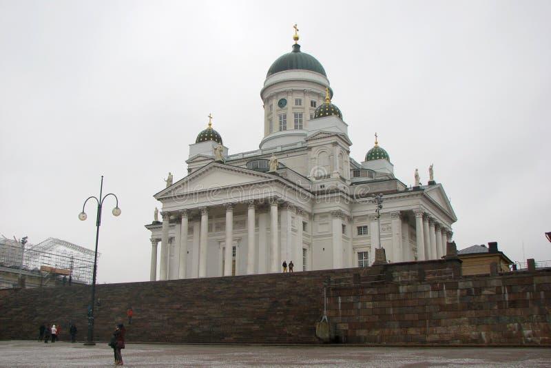 Kathedrale auf Senat-Quadrat in Helsinki, Finnland Weicher Fokus Leuteweg herum stockfotografie