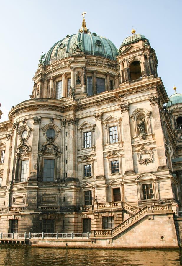 Kathedrale Bewohner von Berlin Dom - Berlin auf Gelagefluß lizenzfreies stockbild