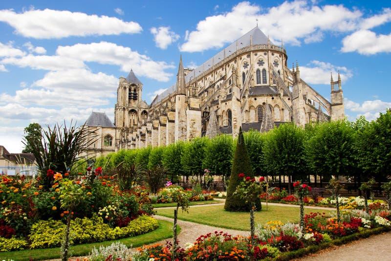 Kathedrale in Bourges, schöner Garten, Frankreich lizenzfreies stockfoto