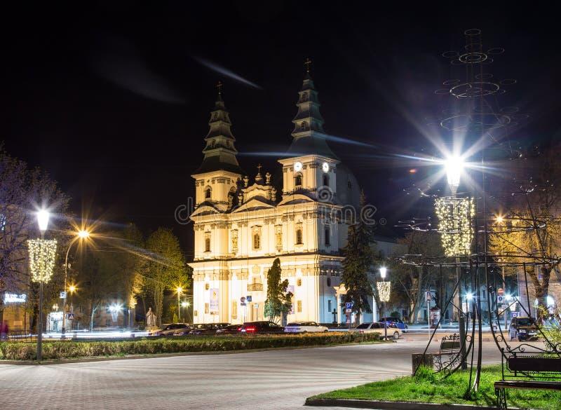 Kathedrale der Unbefleckten Empfängnis von gesegneten Jungfrau Maria nachts, Ternopil lizenzfreie stockfotos
