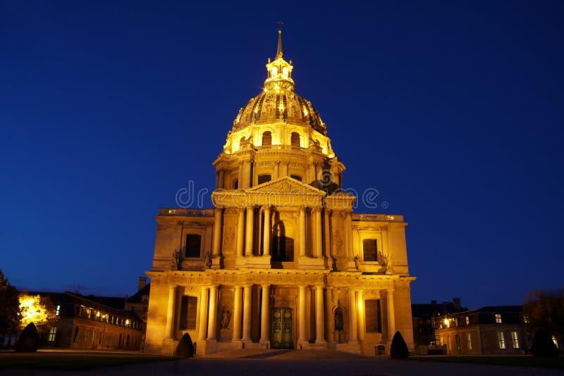 Kathedrale nachts lizenzfreie stockbilder