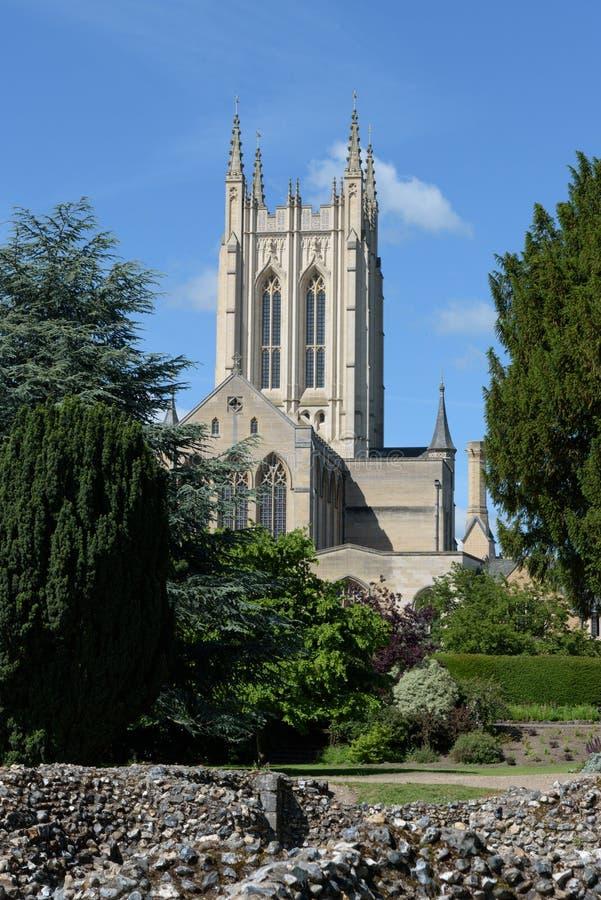 Kathedrale St. Edmundsbury mit Abteiwand lizenzfreie stockfotografie