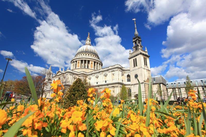 Kathedrale Str.-Paul mit Garten stockfotos