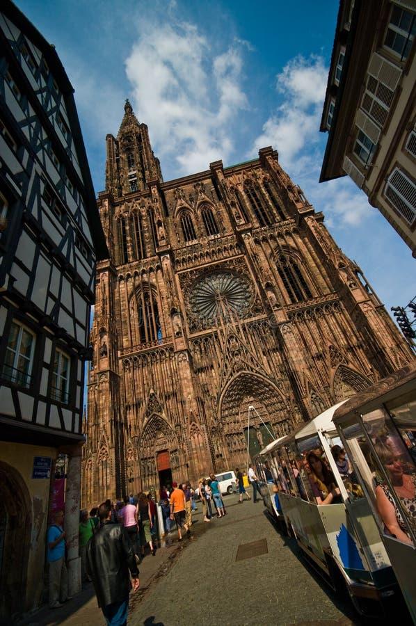 Kathedrale Straßburgs Notre Dame mit Zug lizenzfreies stockbild