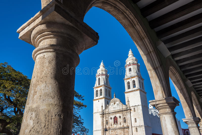 Kathedrale und Bögen lizenzfreie stockbilder