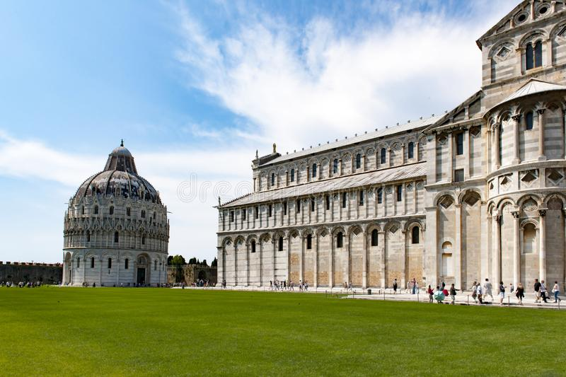 Kathedrale und Baptistery in Pisa stockfotos