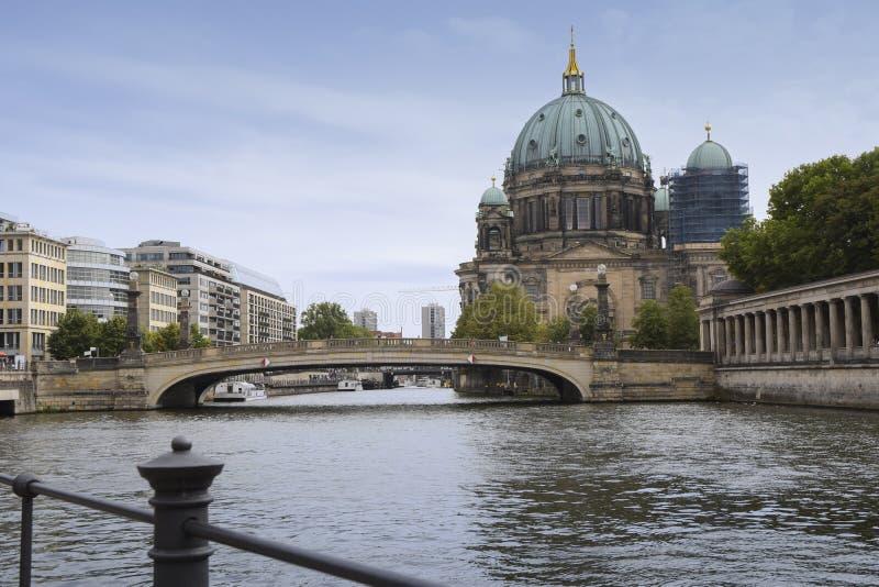 Kathedrale und Brücke Bewohner von Berlin dom Berlin auf Flussgelage AG stockfotos
