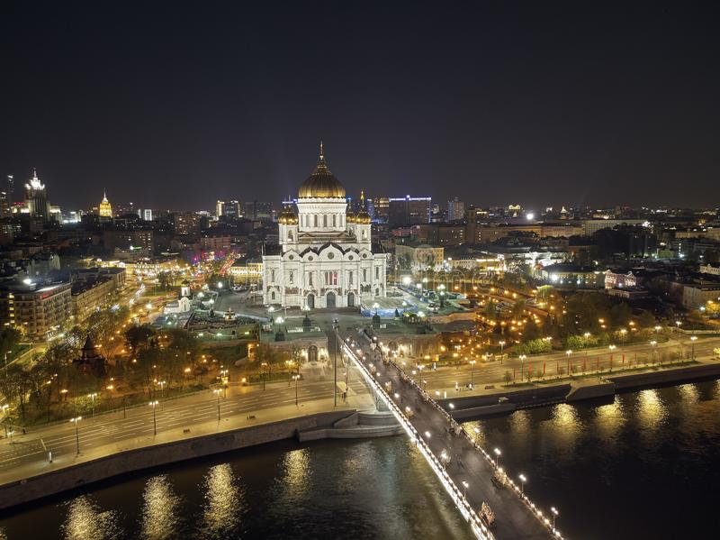 Kathedrale von Christus der Retter in Moskau nahe Fluss, Russland nachts Luftbrummenansicht lizenzfreies stockfoto
