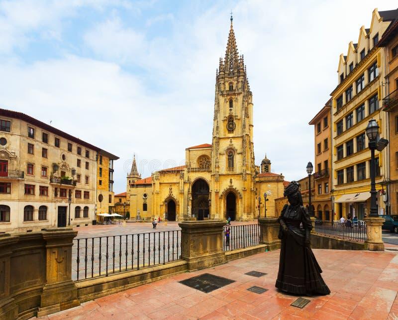 Kathedrale von San Salvador und die Statue von La Regenta Oviedo lizenzfreie stockfotografie
