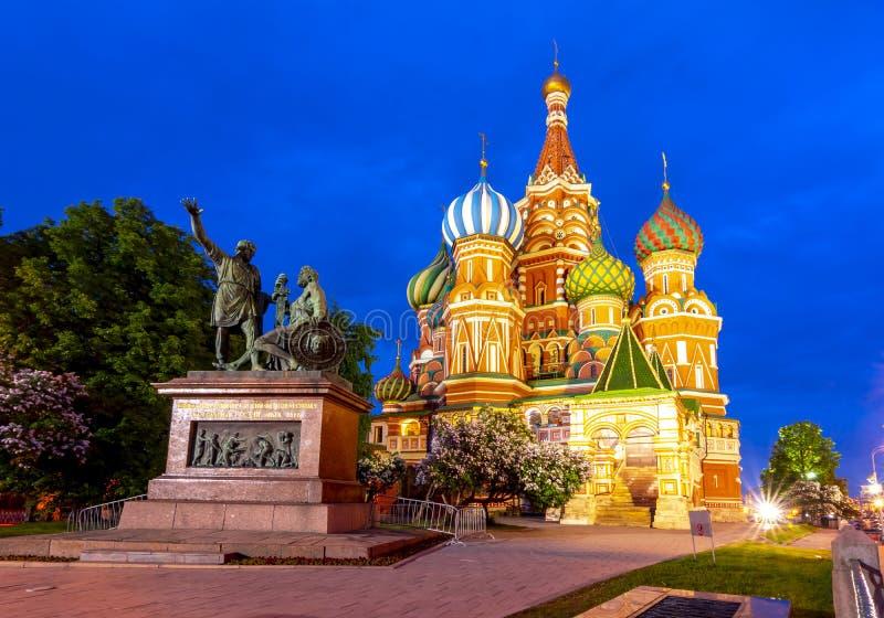 Kathedrale von Vasily des gesegneten Heilig-die Kathedrale und das Monument Basilikums zu Minin und zu Pozharsky auf Rotem Platz  stockfotografie