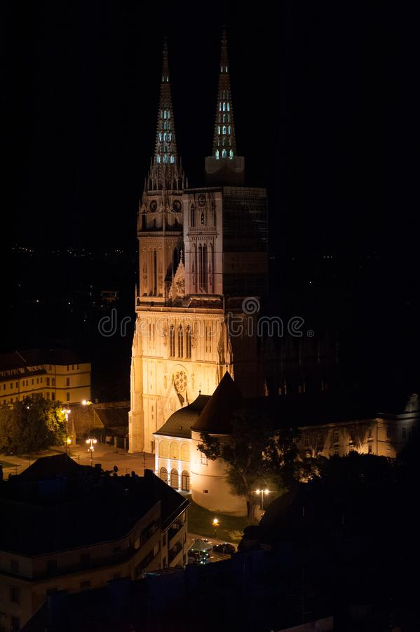 Kathedrale während der Nacht mit orange Lichtern in Zagreb, Kroatien lizenzfreie stockfotografie