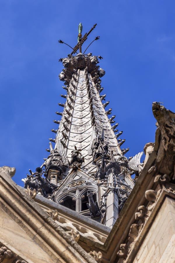 Kathedralen-Helm-Statuen-Wasserspeier Sainte Chapelle Paris France stockfotografie