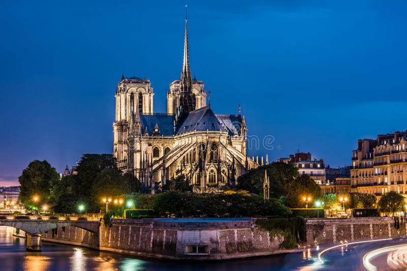 Kathedralenachtansicht Notre Dame de Paris stockfotos