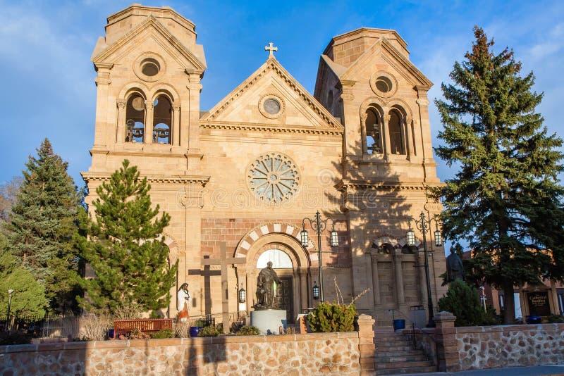Kathedralenbasilika des Heiligen Franziskus von assisi bei Sonnenuntergang, Santa Fe, New-Mexiko lizenzfreies stockfoto