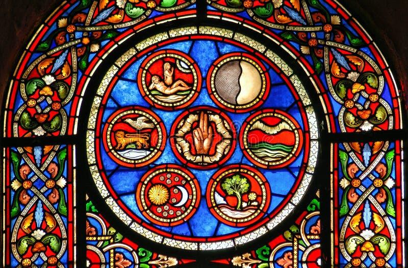 Kathedralenbuntglasfenster, welches die Schaffung darstellt lizenzfreie stockfotos