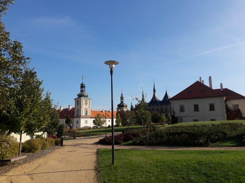 Kathedralenparkkirchenwände des Tourismus Prag-Kathedrale Hauptstadt der gotischen tschechische im heißen Sommer in streetlets Pr lizenzfreie stockfotografie