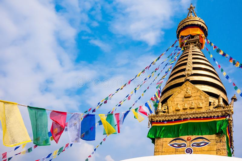 Kathesimbhu Stupa con los ojos de Buda y las banderas coloridas del rezo adentro foto de archivo libre de regalías