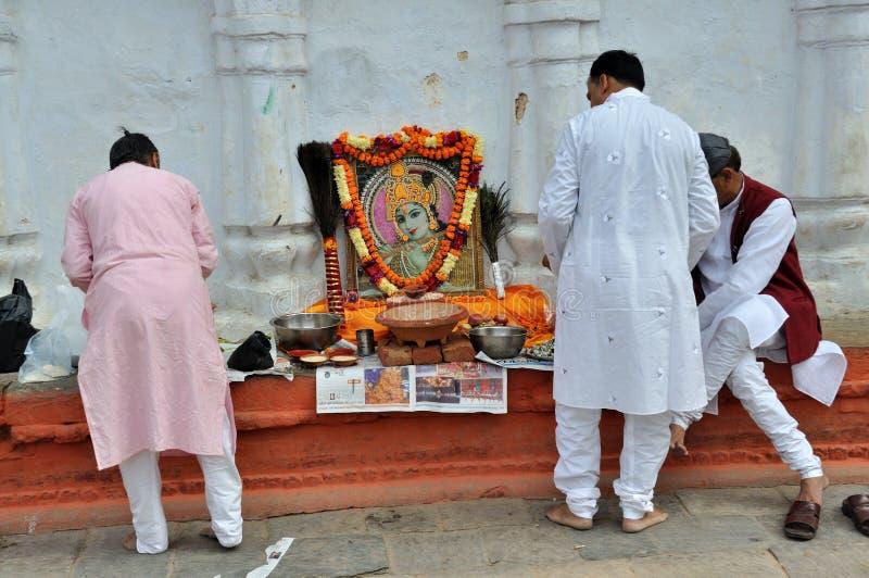 Hindus som ber på Kathmandu Durbar, kvadrerar arkivbild