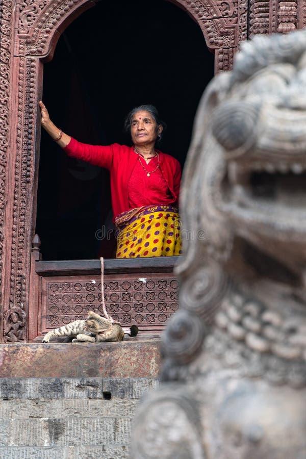 Kathmandu-18 03 2019: Las mujeres y su gato en cuadrado durbar en Katmandu fotos de archivo