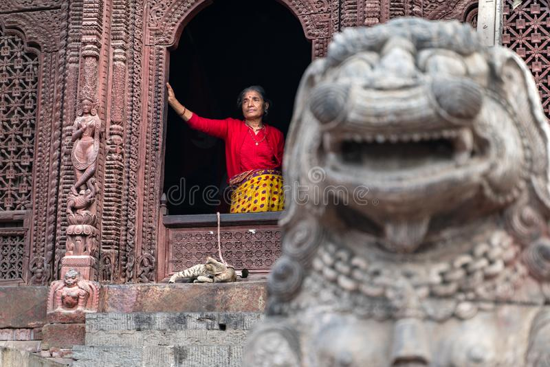 Kathmandu-18 03 2019: Las mujeres y su gato en cuadrado durbar en Katmandu fotos de archivo libres de regalías