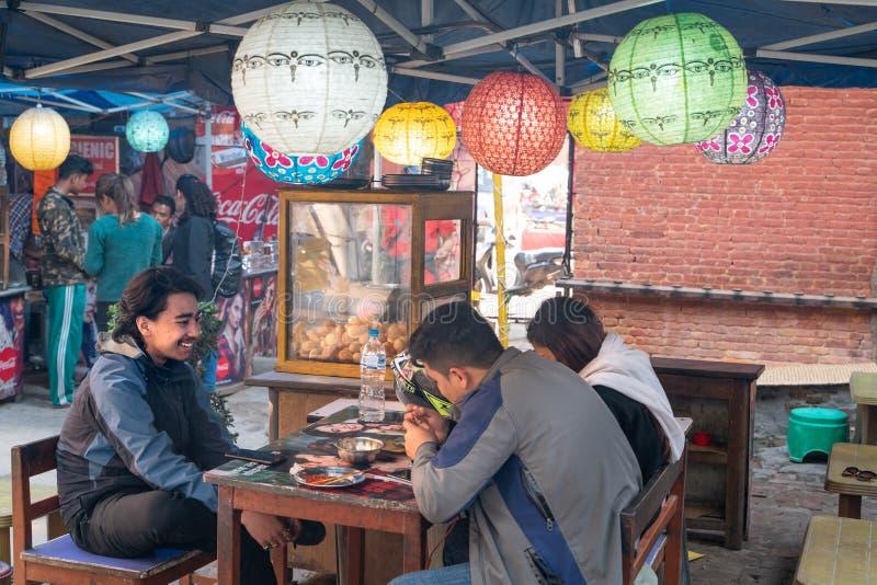 Kathmandu-19 03 2019: Lokalna uliczna karmowa restauracja zdjęcie royalty free