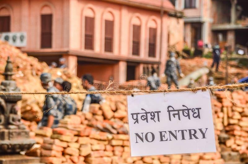 KATHMANDU, NEPAL - 26. APRIL 2015: Rückstand von Gebäuden am Durbar-Quadrat in Kathmandu nach, nach 7 8 Erdbeben, Nepal lizenzfreie stockbilder