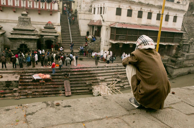 Kathmandu, Nepal - 1º de janeiro de 2017: O desbarbamento de povos inoperantes no fogo santamente imagens de stock