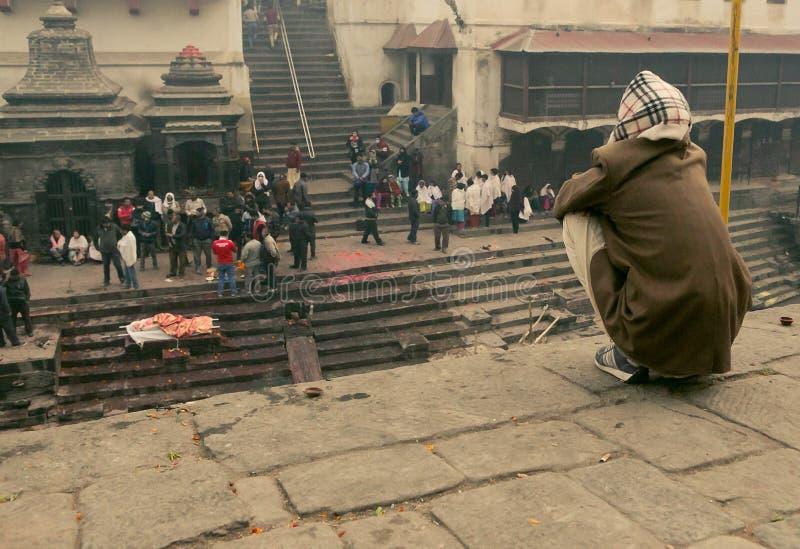 Kathmandu, Nepal - 1º de janeiro de 2017: O desbarbamento de povos inoperantes no fogo santamente imagens de stock royalty free