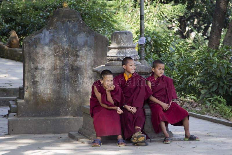 KATHMANDU, NEPAL - 4 DE NOVEMBRO: Stupa Swayambhunath Monges novas imagens de stock royalty free