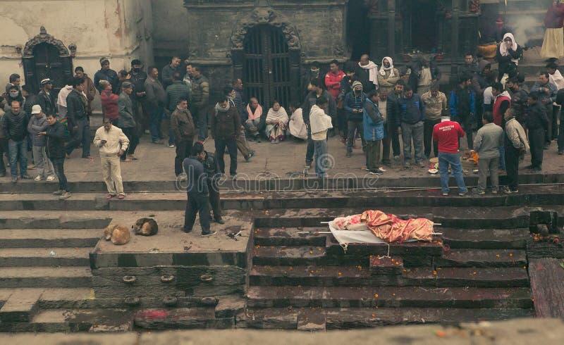 Kathmandu, Nepal - Jan. 01,2017: Das Abgraten von toten Leuten im heiligen Feuer lizenzfreies stockfoto