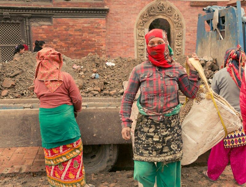 Kathmandu, Nepal Jan 01/, 2017 kobiety odbudowywaliśmy budynki uszkadzających erthquake obraz stock