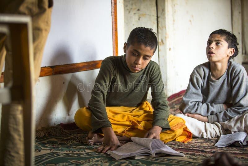 KATHMANDU, NEPAL - Kinder in der Lektion an Jagadguru-Schule stockfotos