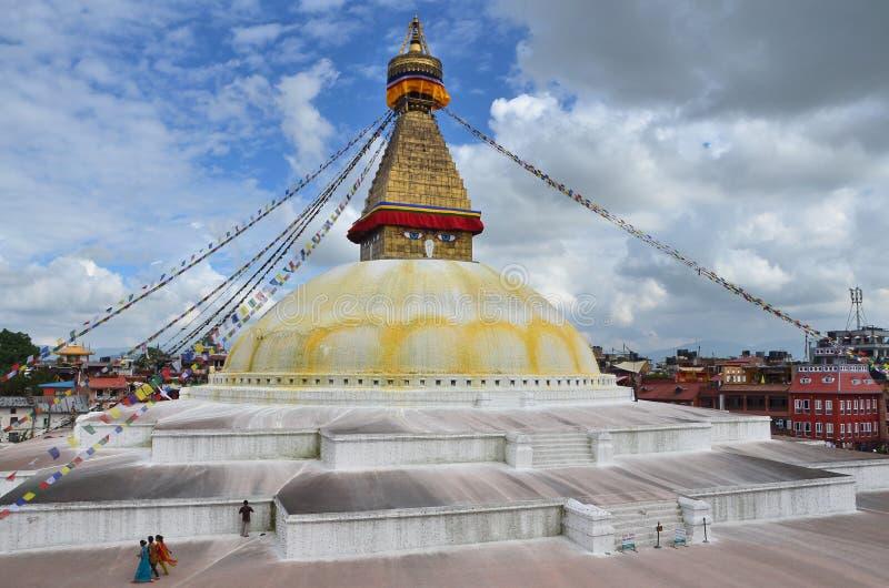 Kathmandu, Nepal, Październik, 26, 2012 Ludzie chodzi blisko wielkiej Buddyjskiej stupy są Boudhanath (Bodnath) zdjęcia stock
