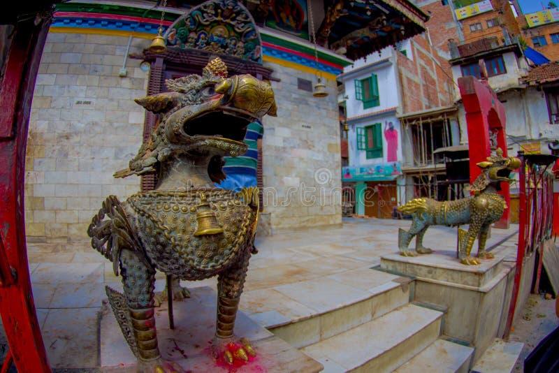 KATHMANDU, NEPAL PAŹDZIERNIK 15, 2017: Piękna brązowa rzeźba przy wchodzić do świątynia opiekuny przy outdoors blisko do obrazy royalty free