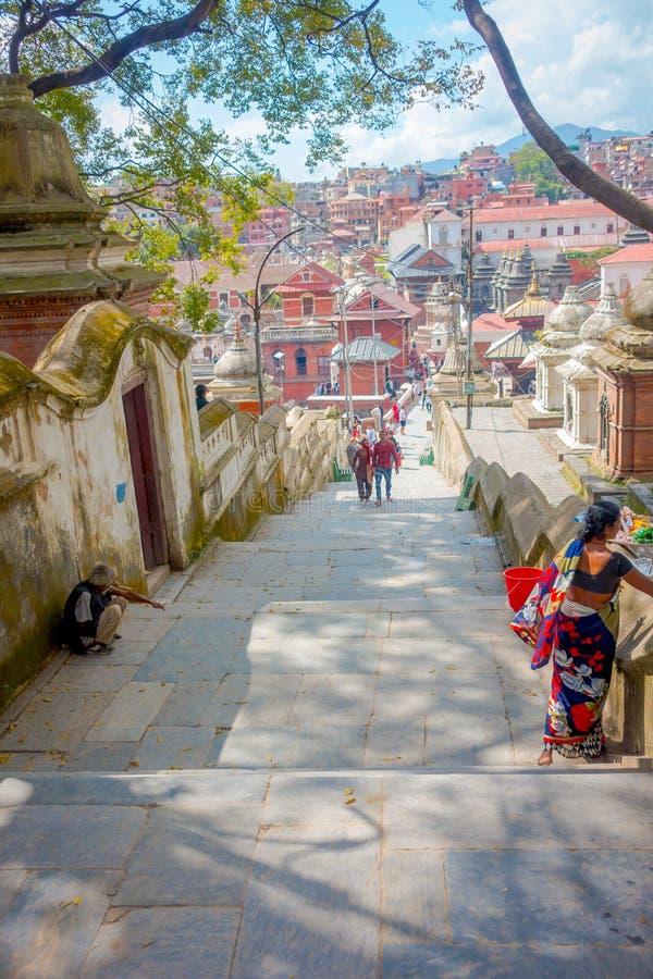 KATHMANDU, NEPAL PAŹDZIERNIK 15, 2017: Schodki prowadzi do Swayambhu, antyczna religijna architektura na wzgórzu za zachód od obraz stock