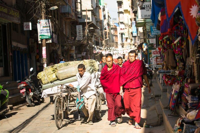 KATHMANDU, NEPAL - täglicher Verkehr auf den Straßen von Kathmandu lizenzfreie stockfotos