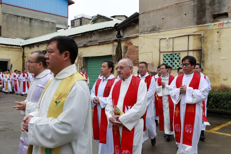 Katholieke geestelijkheid die de kerk een rij vormen in te gaan stock foto