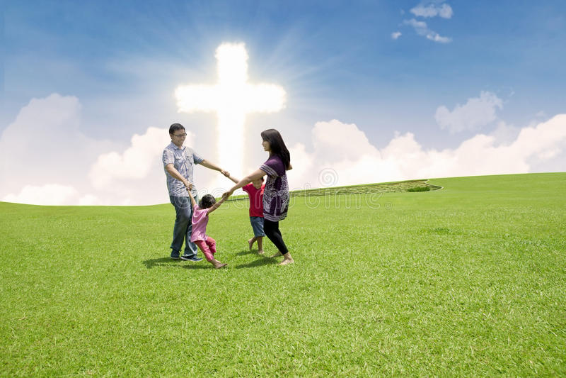 Katholische Familie Feiern Ostern Lizenzfreies Stockbild