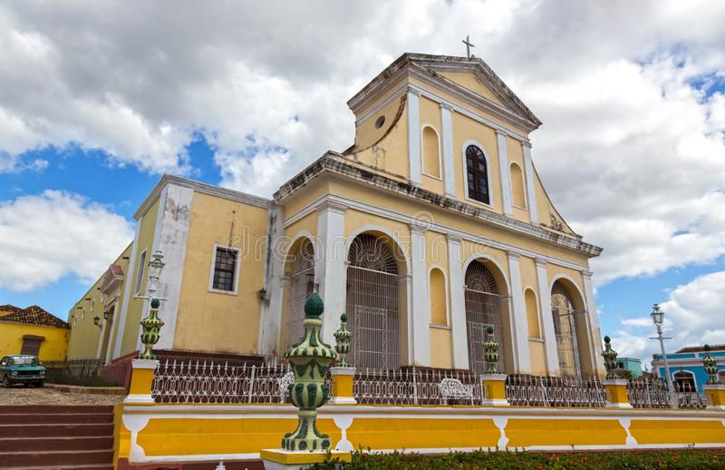 Katholische Kirche des Fassaden-Piazza-Bürgermeisters Old Town Trinidad Cuba der Heiligen Dreifaltigkeit lizenzfreie stockbilder