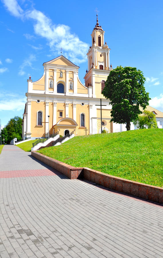 Katholische Kirche des Findens des heiligen Kreuzes und das Kloster von Bernardine in Grodno belarus lizenzfreie stockfotografie
