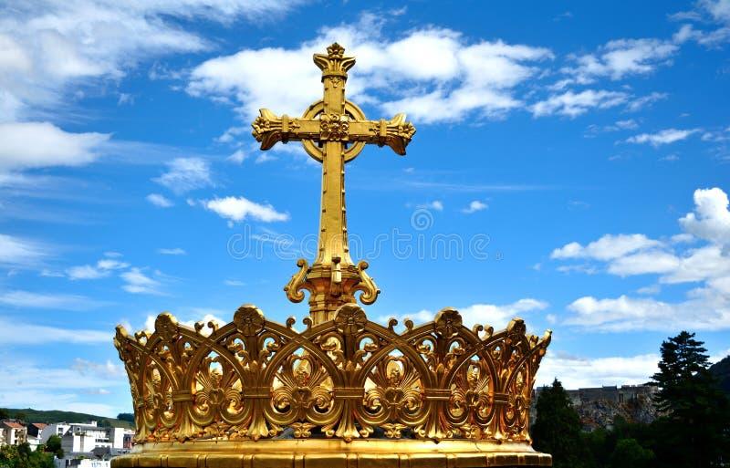 Katholische Kirchen-heiliges Kreuz gegen blauen Himmel lizenzfreie stockfotografie