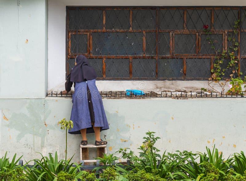 Katholische Nonne in Cuenca, Ecuador lizenzfreie stockfotos