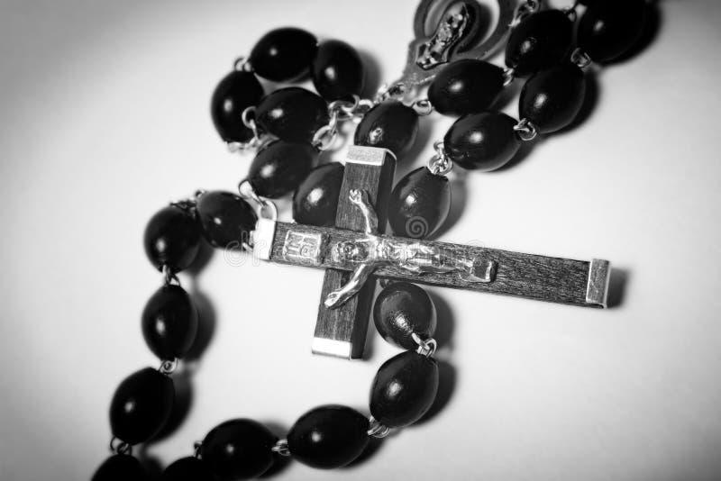 Katholische schwarze Holzperlen mit Metallkruzifix stockfoto