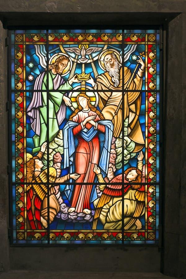 Katholisches Buntglasfenster 2 stockbilder