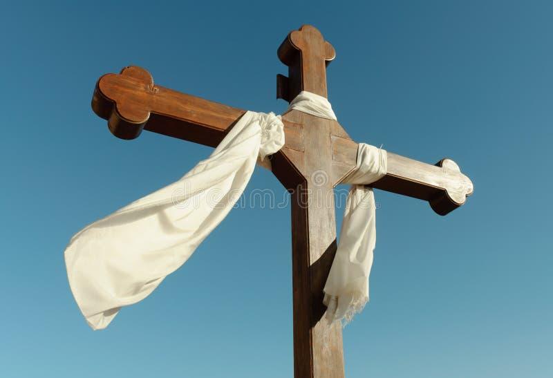 Katholisches Kreuz und weißes Gewebe stockbilder